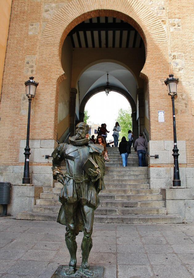 Arco de entrada a la plaza de Zocodover. Monumento a Cervantes