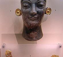 Fragmentos de oro y marfil ennegrecido por el fuego de una estatua criselefantina arcaica. (Museo arqueológico de Delfos (Grecia)