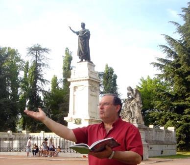 JMª en Mantua ante el monumento de Virgilio