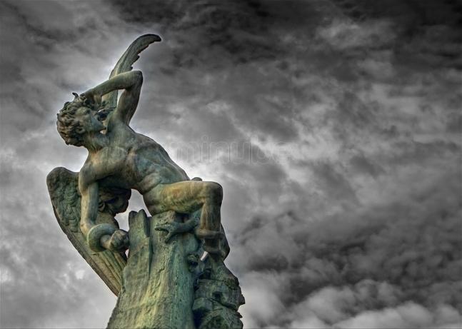 El Ángel Caído (1877, Parque del Retiro, Madrid), obra de Ricardo Bellver inspirada en El paraíso perdido de Milton. Foto: www.minitube.com