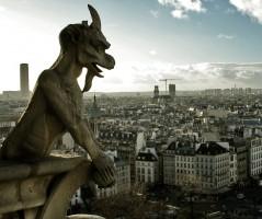 Gárgola en Notre Dam, oteando los cielos de París