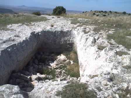 Almacén de grano excavado en la roca