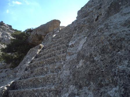 Escaleras excavadas en la roca