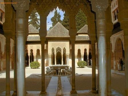 Patio de lo Leones, en la ciudad palatina andalusí de la Alhambra, Granada
