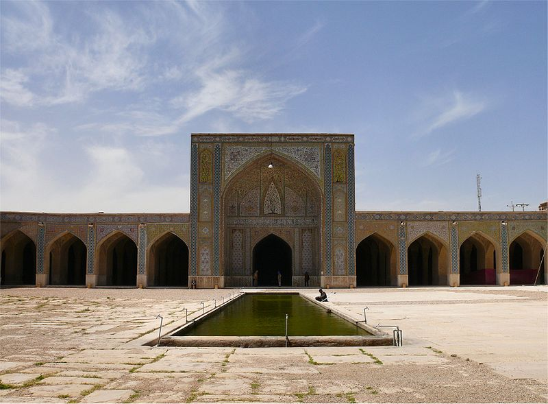 Mezquit VakilEsta mezquita fue construida entre 1751 y 1773, durante elZandperíodo;Sin embargo, fue restaurado en el siglo 19 durante elQajarperíodo.Vakilsignificaregente, que era el título usado porKarim Khan, el fundador dela dinastía Zand.Shiraz fue la sede del gobierno de Karim Khan y dotó muchos edificios, incluyendo la mezquita