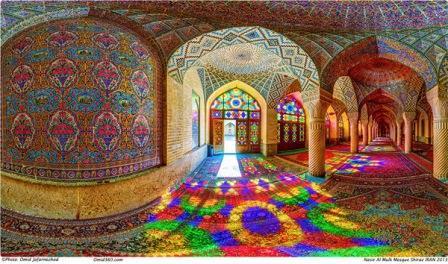 Lamezquita de Nasir al-Mulk oMezquita Rosaes una mezquita tradicional en Shiraz,ubicada en Goade-e-Araban  (cerca de la famosamezquita de Shah Cheragh).La mezquita fue construida durante elQájárera, y todavía está en uso bajo la protección de la Fundación de Nasir al Mulk Dotación.Fue construida por la orden de Mirza Hasan Ali Nasir al Molk, uno de los señores de la dinastía Qajar, en 1876 y se terminó en 1888. Los diseñadores fueron Muhammad Hasan-e-Muhammad Reza Memar y Kashi Paz-e-Shirazi.