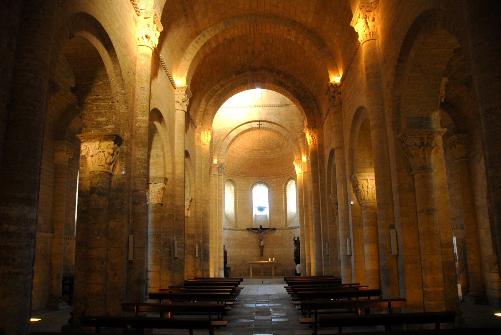 Interior de San Martín de Fromista