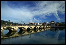 Pontevedra fue un asentamiento de Turocqua, mansión de la vía romana XIX, fundada en la orilla sur del río Lérez. El nombre Pontevedra deriva del latín y significa puente viejo.