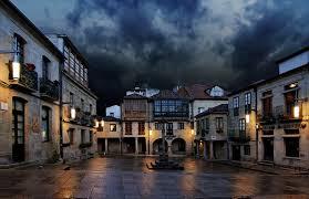 La Plaza de la Leña, es sencillamente bella.Se trata de la típica plaza gallega de carácter popular con casas de sillares de granito, soportales, galerías y un cruceiro que adorna su parte central.