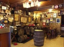 Sin el vino precomilona en la taberna La Navarra, no se puede vivir