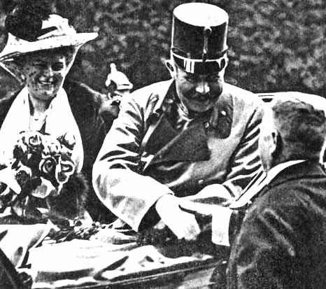 El archiduque Francisco Fernando y su esposa Sofía Chotek  en el  día 28 de junio de 1914, sobre las 10 de la mañana, momentos antes de que fueran asesinados en Sarajevo, capital de la provincia austro-húngara de Bosnia-Herzegovina, por Gavrilo Princip, extremista serbio y uno de los varios asesinos controlados por Mano Negra, grupo terrorista serbio. El acontecimiento, conocido como el Asesinato de Sarajevo, fue uno de los desencadenantes de la Primera Guerra Mundial.