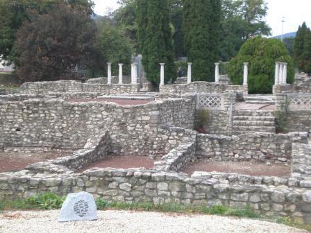 La ciudad romana de Aquincum. Aquincum fue una importante ciudad romana en la provincia de Panonia, dentro de los límites actuales de Budapest. Fue fundada tras la conquista de los celtas, que llegaron a la zona en el año 400 a.C.  Los restos de Aquincum fueron desenterrados a finales del siglo XIX constituyendo uno de los parques arqueológicos más grandes de Hungría. La reconstrucción de la ciudad fue llevada a cabo entre los años 1960 y 1970. Hay un museó arqueológico dentro de la ciudad romana.