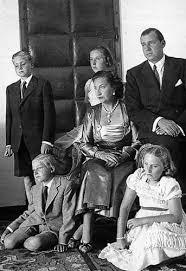 Don Juan Carlos con sus padres y hermanos