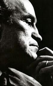 """Ezequiel Martínez Estrada. (n. San José de la Esquina, Santa Fe, Argentina, 14 de septiembre de 1895 - Bahía Blanca, Buenos Aires, Argentina, 4 de noviembre de 1964) fue un escritor, poeta, ensayista, crítico literario y biógrafo argentino. Recibió dos veces el Premio Nacional de Literatura, en 1933 por su obra poética y en 1937 por el ensayo """"Radiografía de la Pampa"""". Fue presidente de la Sociedad Argentina de Escritores (SADE) de 1933 a 1934 y de 1942 a 1946."""