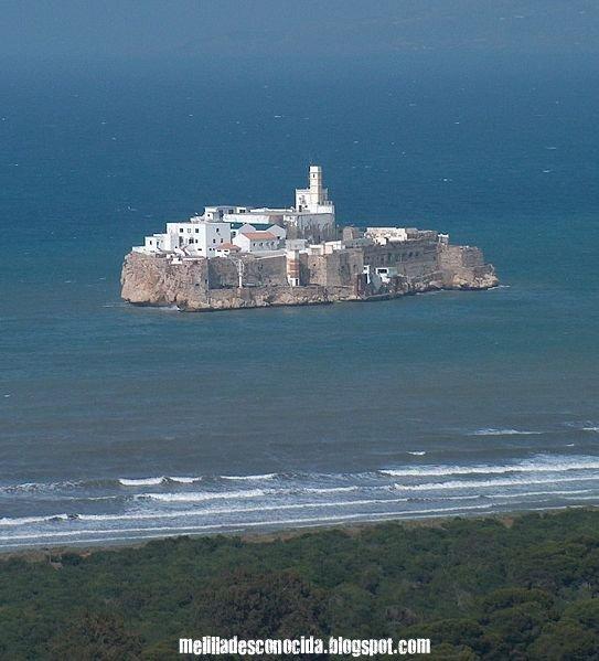 La plata de tus aguas bañan la costa de tu isla pirata Alhucemas...