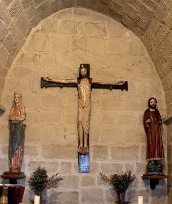 El Calvario románico está compuesto por el Santo Cristo del Castillo, la Virgen María y San Juan que están ubicados en la capilla de la Torre del castillo. Son unas sobresalientes tallas de madera policromada de importante tradición románica o puede que visigótico.