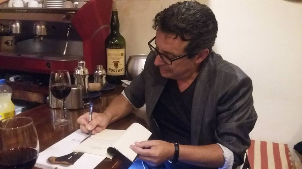 Firma de su libro en el Café Este Oeste - copia
