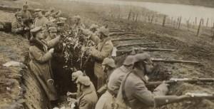 Soldados alemanes en la trinchera a la espera del la orden de combate.