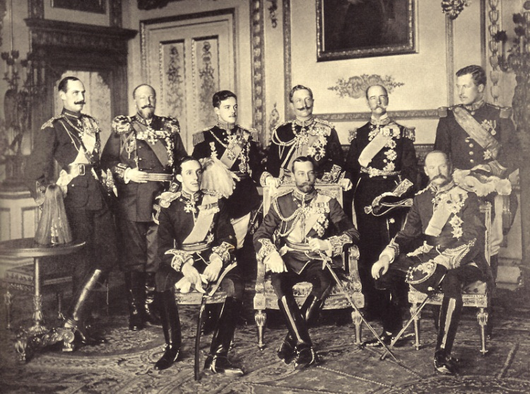 La reunión de los nueve reyes en el Palacio de Buckingham para el funeral del rey británico. De izquierda a derecha, de pie están: Haakon VII de Noruega -primer monarca reelegido democráticamente-, Fernando I de Bulgaria -bisexual reconocido- Manuel II de Portugal -apodado el Patriota o el rey perdido, su reinado duro solo 2 años-, Guillermo II de Alemania -último emperador alemán, de personalidad megalómana-, Jorge I de Grecia -príncipe danés y Rey de los Helenos, asesinado en la ciudad de Salónica- y Alberto I de Bélgica -murió por las heridas causadas en una caída mientras escalaba-. Sentados en la primera fila aparecen: Alfonso XIII de España, Jorge V -de extraordinario parecido con su primo Nicolás II de Rusia, con quien intercambiaba papeles cuando éste le visitaba en Inglaterra- hijo y sucesor del difunto y Federico VIII de Dinamarca.